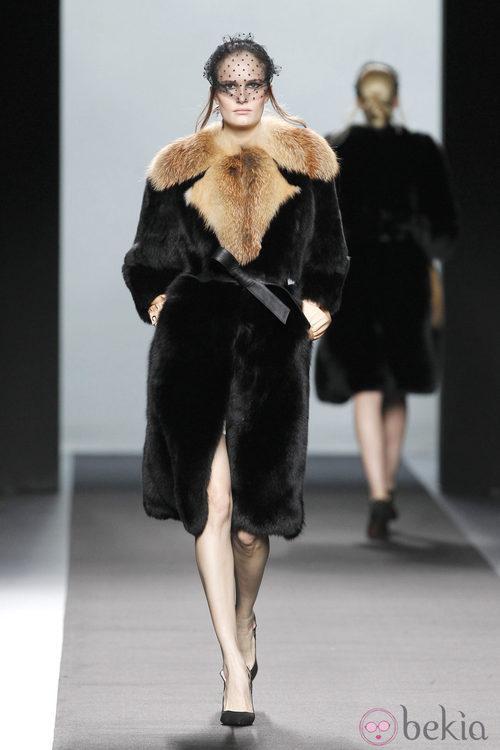 Abrigo de pelo negro de la colección otoño/invierno 2012/2013 de Miguel Palacio