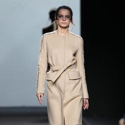 Abrigo nude de Miguel Palacio en Fashion Week Madrid