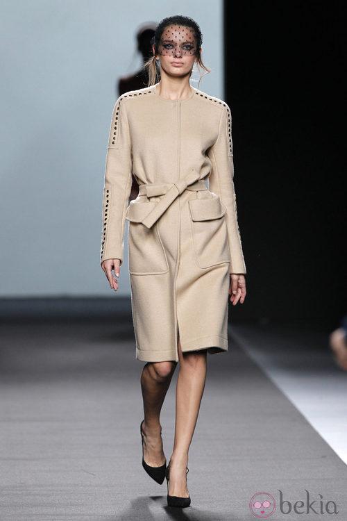 Abrigo nude de Miguel Palacio en Fashion Week Madrid