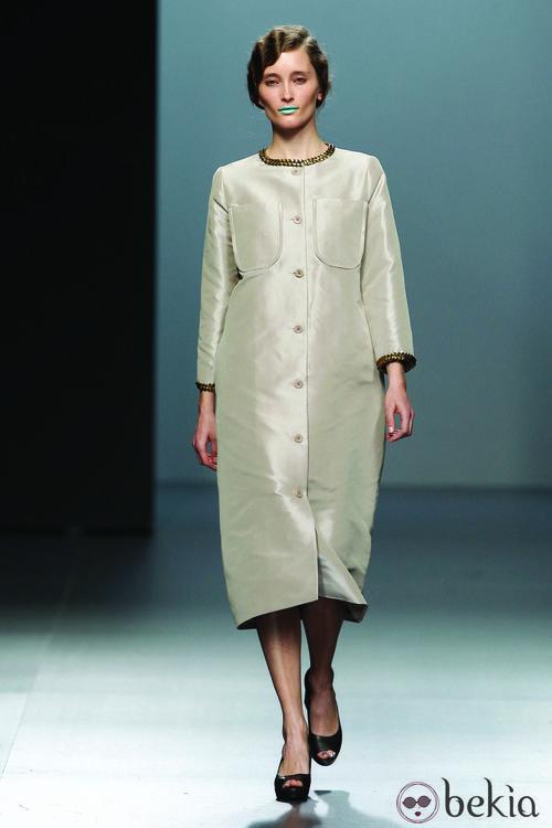 Abrigo minimal en color nude de la colección otoño/Invierno 2012/2013 de Lemoniez