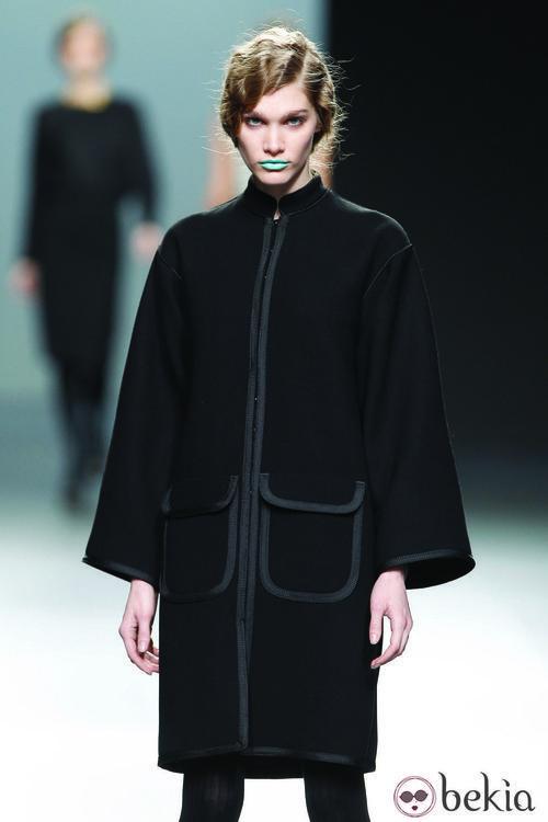 Abrigo de corte oriental en color negro de la colección otoño/invierno 2012/2013 Lemoniez