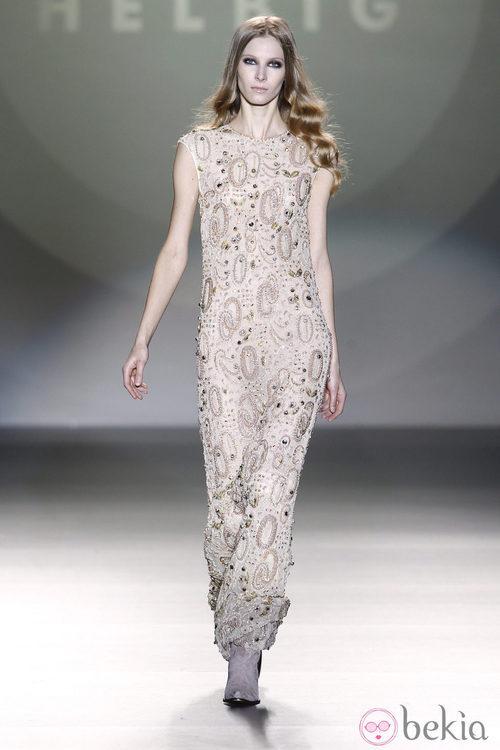 Vestido largo nude con pedrería de Teresa Helbig en Madrid Fashion Week