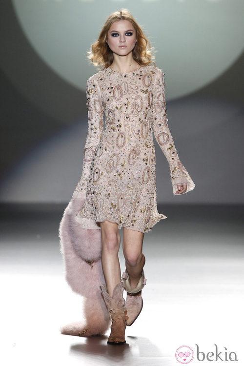 Vestido corto con pedrería de la colección otoño/invierno 2012/2013 de Teresa Helbig