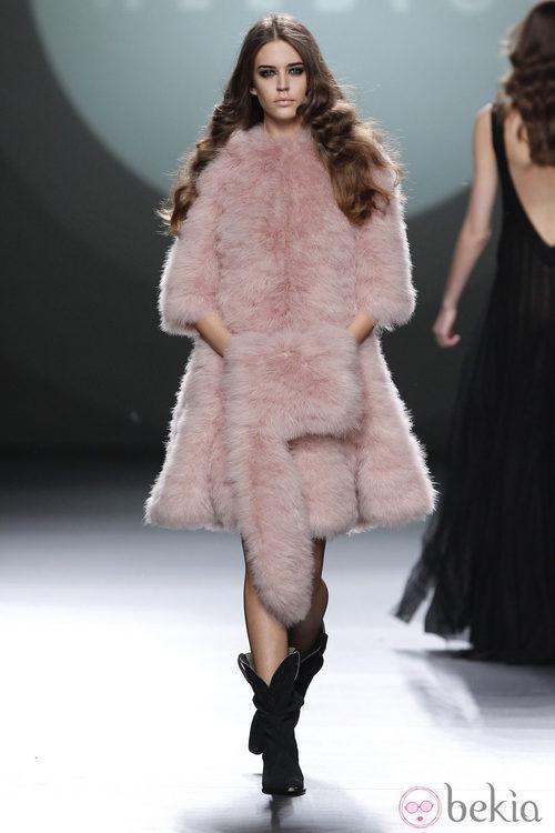 Abrigo de pelo rosa empolvado de la colección de Teresa Helbig en Fashion Week Madrid