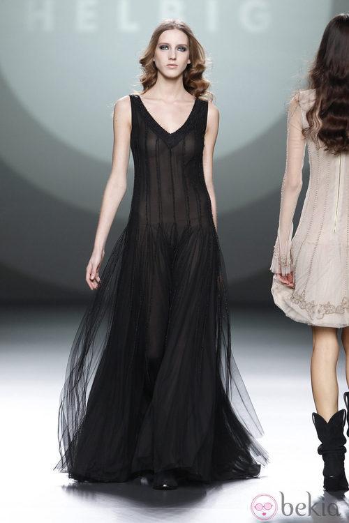 Vestido largo negro con transparencias de Teresa Helbig en Fashion Week Madrid