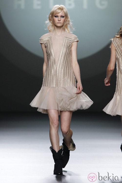 Vestido nude con vuelo de Teresa Helbig en Fashion Week Madrid