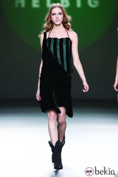 Vestido en terciopelo negro y verde de la colección otoño/invierno 2012/2013 de Teresa Helbig
