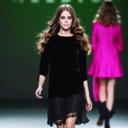 Vestido en terciopelo negro de la colección otoño/invierno 2012/2013 de Teresa Helbig
