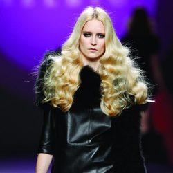 Top de cuero negro con falda fucsia de volante de la colección otoño/invierno 2012/2013 de Teresa Helbig