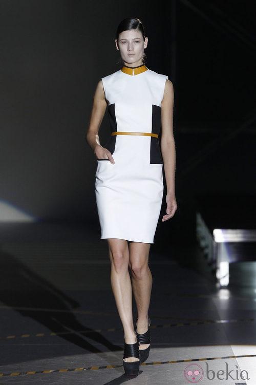 Vestido blanco con apliques en azul y camel de Davidelfin en la Madrid Fashion Week
