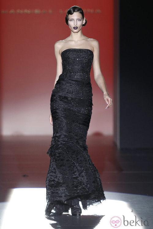 Vestido negro de corte sirena de Hannibal Laguna en Fashion Week Madrid