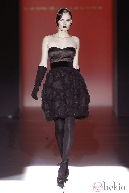 Vestido palabra de honor con vuelo de Hannibal Laguna en Fashion Week Madrid