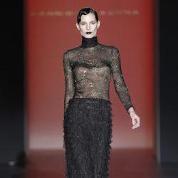 Vestido negro con encaje y volantes de Hannibal Laguna en Fashion Week Madrid