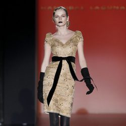 Vestido color champagne con lazo negro de Hannibal Laguna en Madrid Fashion Week