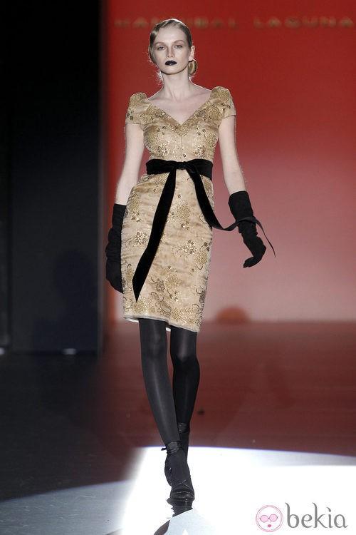 Vestido color champagne con lazo negro de Hannibal Laguna en Madrid Fashion Week