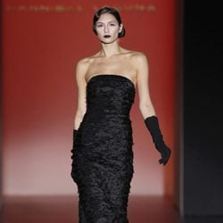 Vestido negro palabra de honor de Hannibal Laguna en Fashion Week Madrid