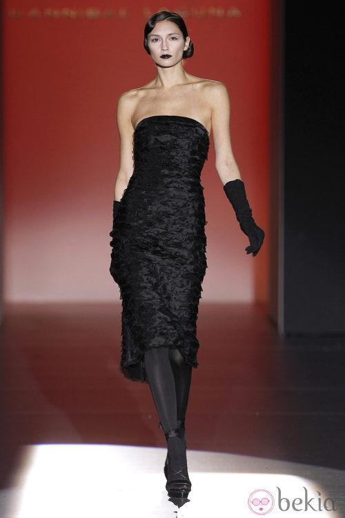 Vestido negro palabra de honor de Hannibal Laguna en Fashion Week Madrid
