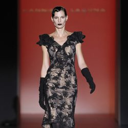 Vestido corto de encaje de Hannibal Laguna en Fashion Week Madrid