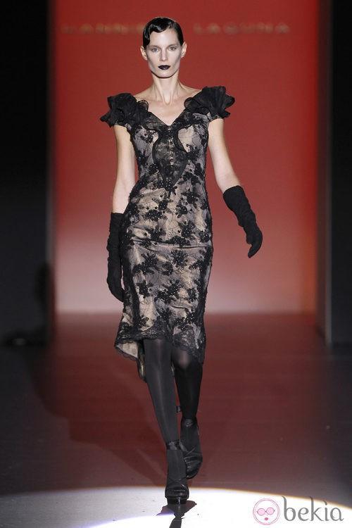 Vestido corto de encaje de Hannibal Laguna en Fashion Week Madrid