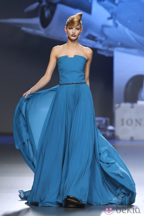 Vestido de gasa en turquesa de Ion Fiz en Fashion Week Madrid