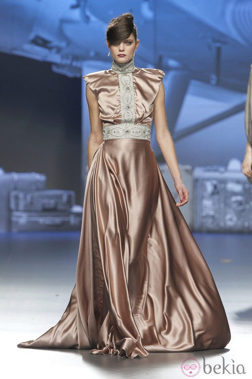 Vestido de satén dorado de Ion Fiz en Fashion Week Madrid