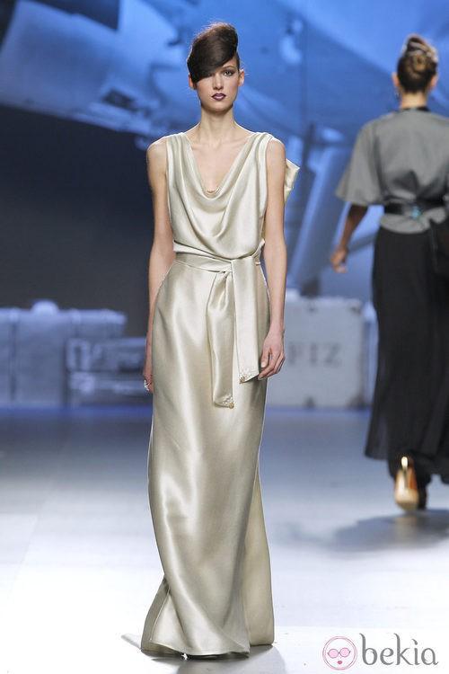 Vestido de satén plateado de Ion Fiz en Fashion Week Madrid