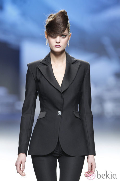 Traje chaqueta negro de Ion Fiz en Fashion Week Madrid