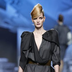 Vestido negro con hombreras de Ion Fiz en Fashion Week Madrid