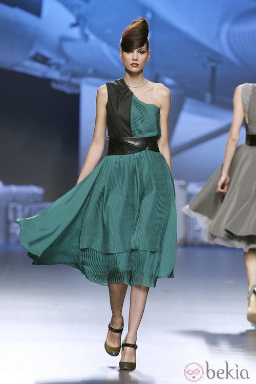 Vestido asimétrico verde y negro de Ion Fiz en Fashion Week Madrid