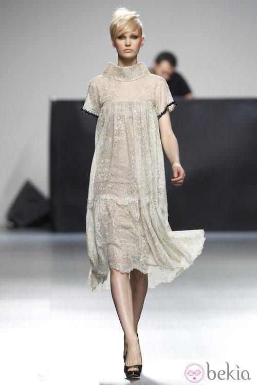 Vestido beis de encaje de la colección otoño/invierno 2012/2013 de Juana Martin