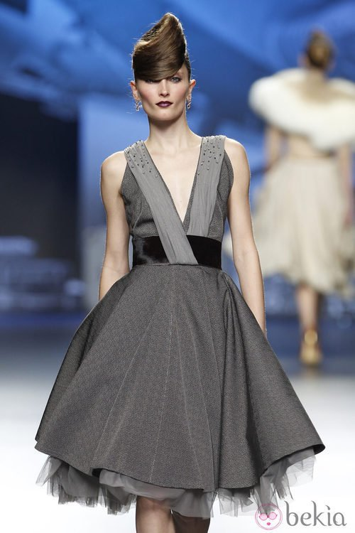 Vestido gris con escote en forma de V de Ion Fiz en Fashion Week Madrid