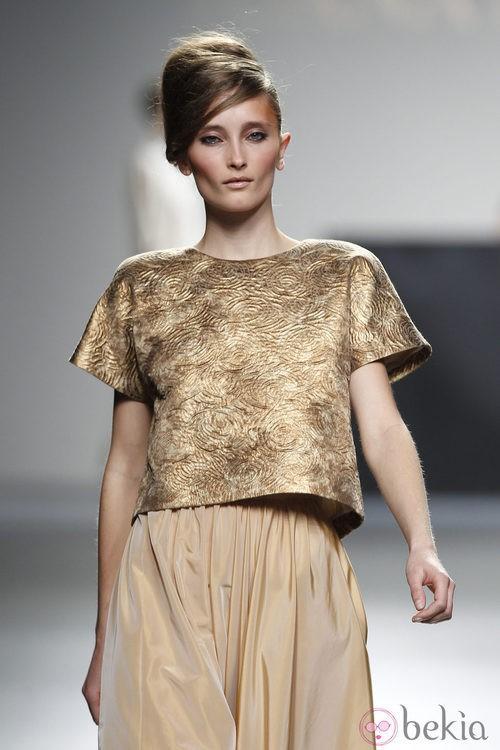 Top dorado y falda crema de la colección otoño/invierno 2012/2013 de Juana Martin