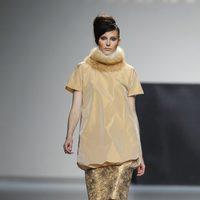 Jersey de cuello alto y falda dorada de Juana Martin en Fashion Week Madrid