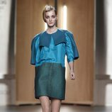Vestido en azul cobalto y verde de Ana Locking en Fashion Week Madrid