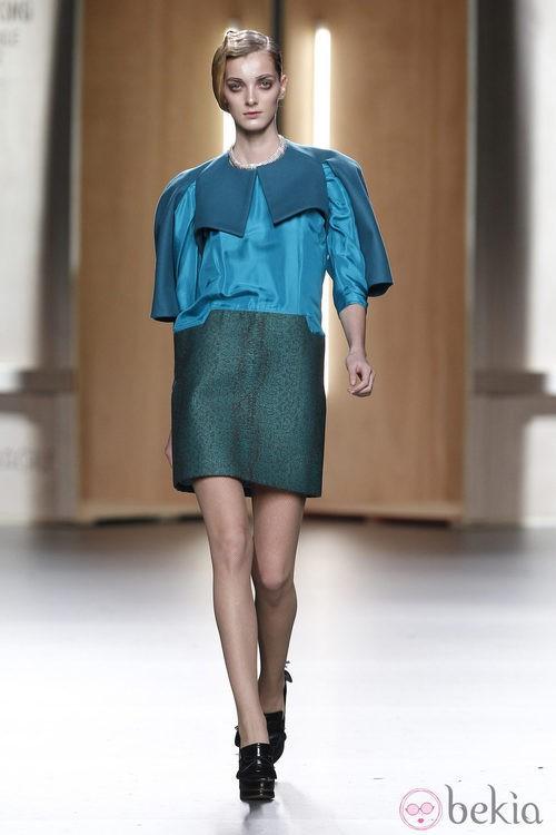 Vestido en azul cobalto y verde de Ana Locking en Fashion Week Madrid