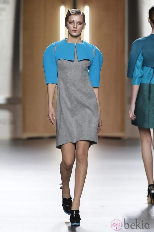 Vestido gris y azul pastel de Ana Locking en Fashion Week Madrid