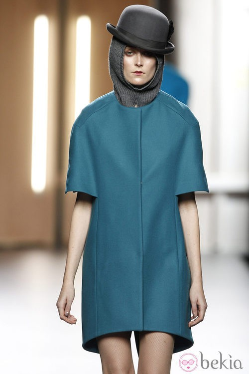 Abrigo de paño liso en color azul de Ana Locking en Fashion Week Madrid
