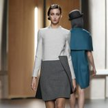 Vestido en gris perla y gris jaspeado de Ana Locking en Fashion Week Madrid