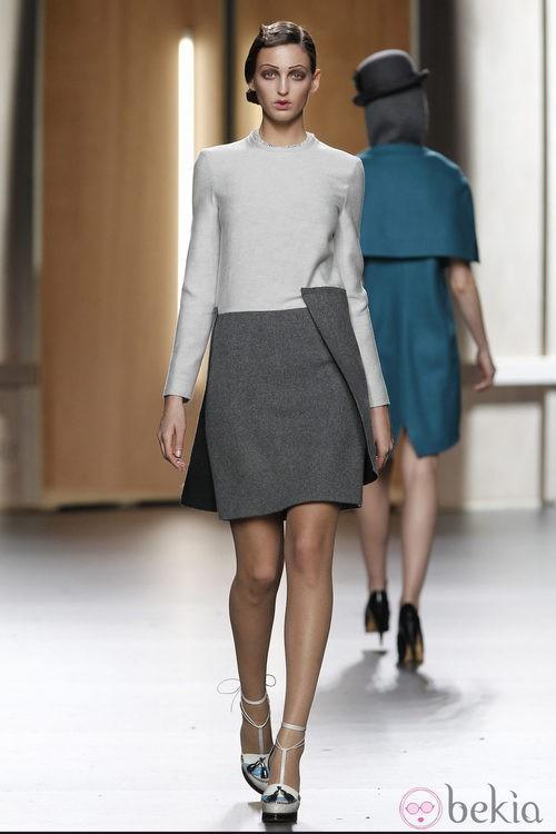 Vestido en gris perla y gris jaspeado de Ana Locking en Fashion Week Madrid
