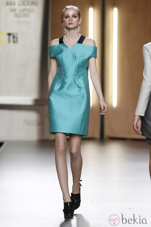 Vestido de líneas rectas en azul de Ana Locking en Fashion Week Madrid
