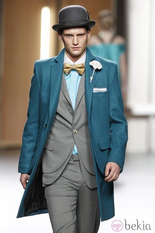Abrigo de hombre de paño liso en azul de Ana Locking en Fashion Week Madrid
