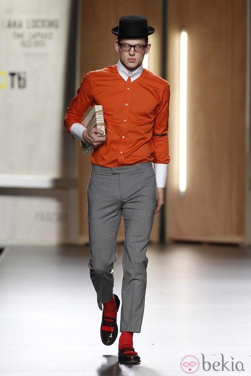 Camisa naranja y pantalón gris jaspeado para hombre de Ana Locking en Fashion Week Madrid