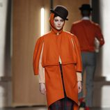 Abrigo de paño en naranja de Ana Locking en Fashion Week Madrid