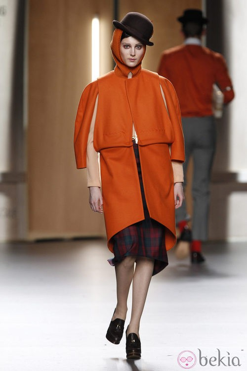 Abrigo de paño en naranja de Ana Locking en Fashion Week Madrid
