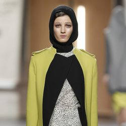 Chaqueta de cortes rectos en amarillo y negro de Ana Locking en Fashion Week Madrid