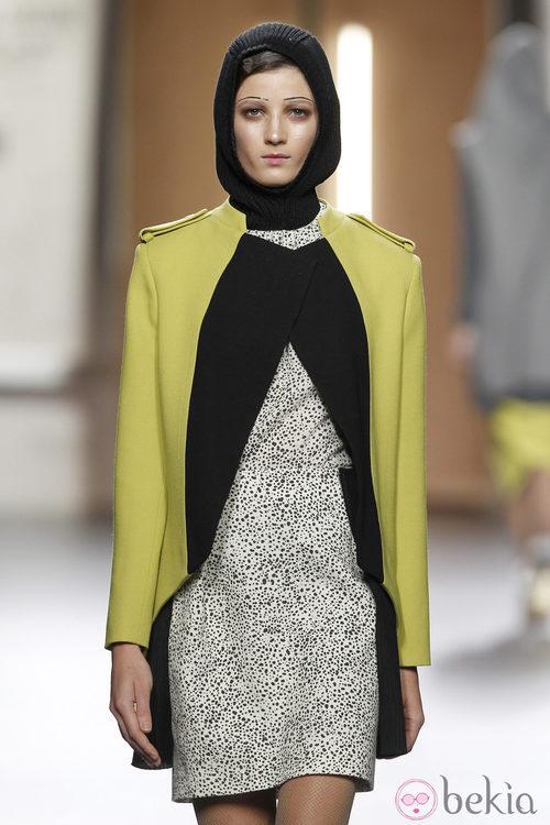 Chaqueta de cortes rectos en amarillo y negro de Ana Locking en Fashion Week Madrid