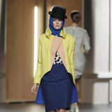 Falda con print animal en azul cobalto y abrigo de paño amarillo y nude de Ana Locking en Fashion Week Madrid