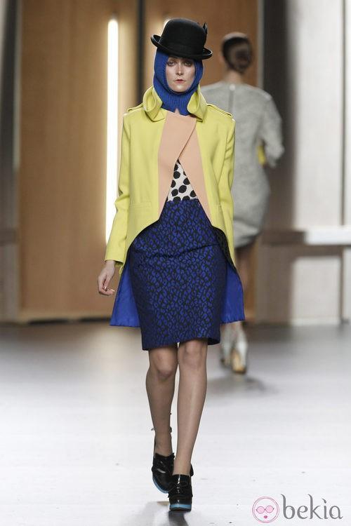 Falda con print animal en azul cobalto y abrigo de paño amarillo y nude de Ana Locking en Fashion Week Madrid