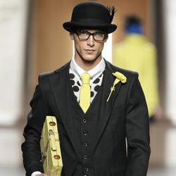 Traje de hombre en negro y amarillo limón de Ana Locking en Fashion Week Madrid