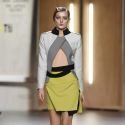 Falda amarillo limón y chaqueta en tonos grises de Ana Locking en Fashion Week Madrid